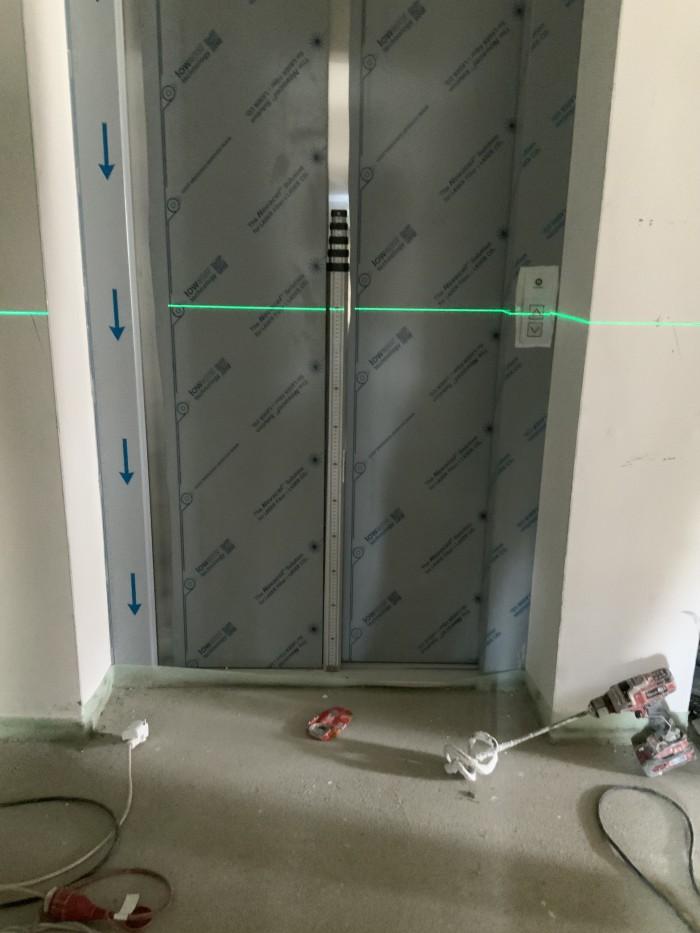 Zwangshöhenlage bei Aufzugsportal durch Bodeneinstandsschiene