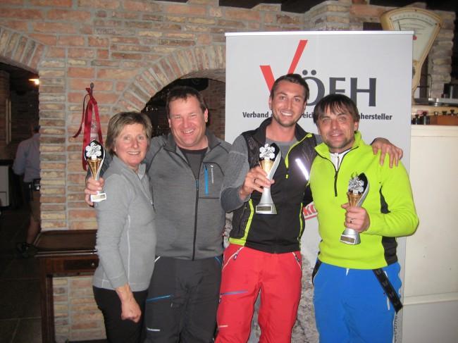 Das Siegerpodest des 2. VÖEH Riesentorlaufs: 1. Platz Jürgen Seebacher, 2. Platz Werner Menneweger, 3. Platz Egon Steinacher. VÖEH-Obfrau Christa Pachler gratulierte herzlich.