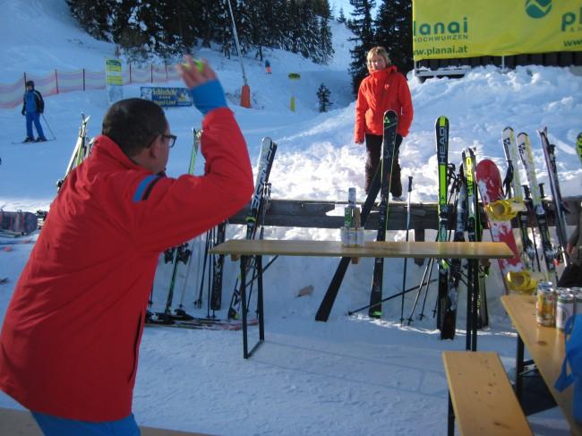 Das Dosenwerfen - aufgrund der Schneebeschaffenheit mit Tennisbällen - forderte die Treffsicherheit der Teilnehmer.